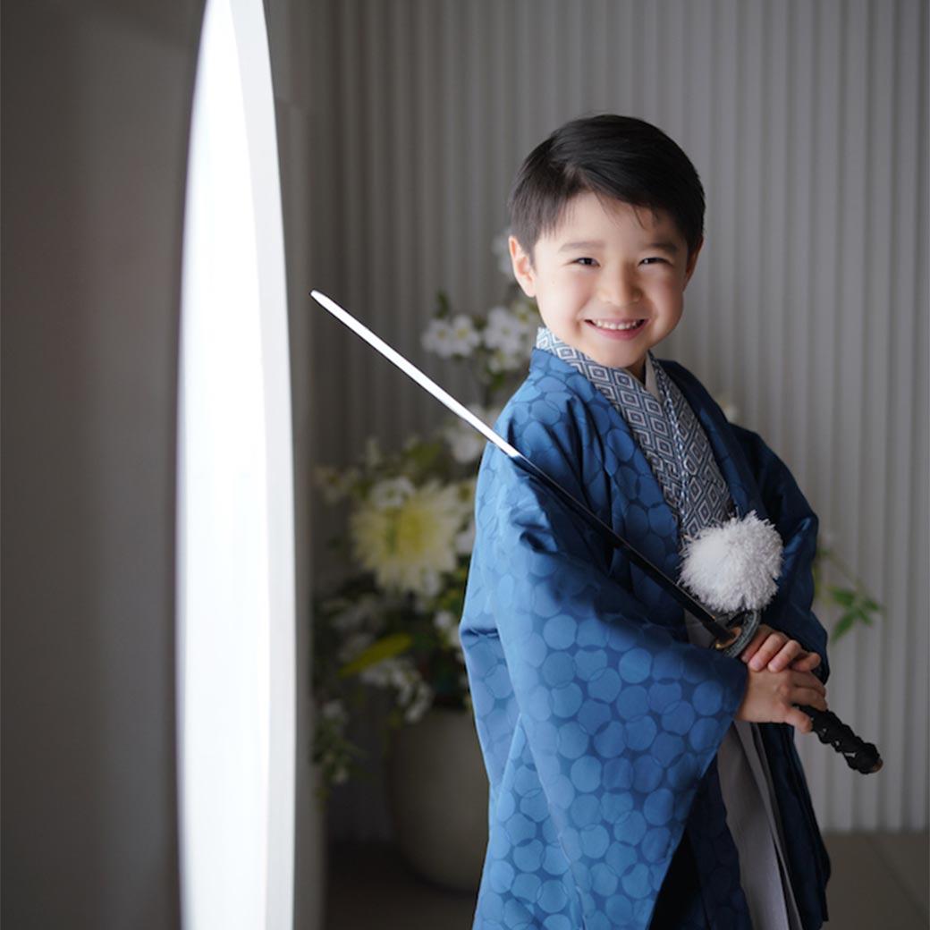 和装の女の子が正座をしている様子の写真